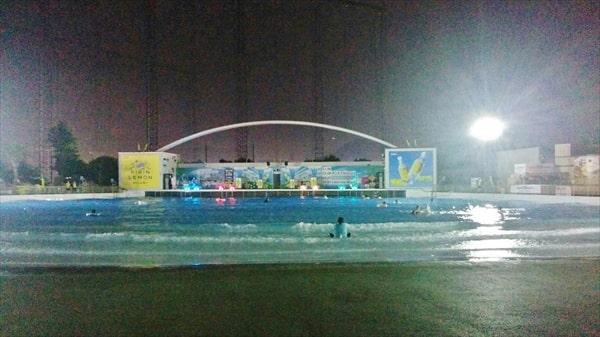 2019よみうりランドのナイトプール ライトアップされた波のプール