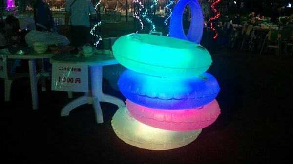 よみうりランドナイトプールのレンタル「光る浮き輪」