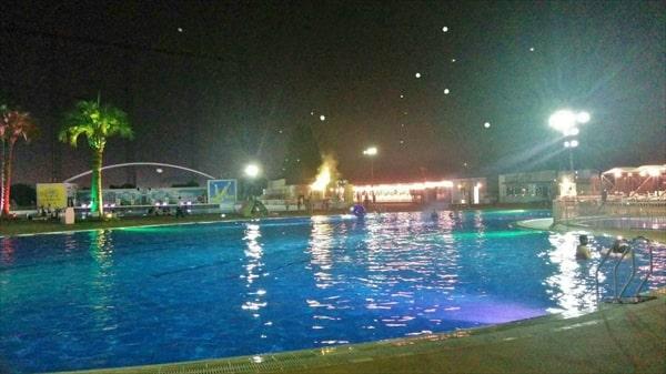 2019よみうりランドのナイトプールでシャボン玉が飛ぶ幻想的なスイミングプール