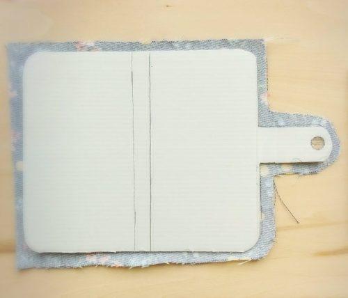 手作りスマホケースの作り方(型紙の表部分に布を張る様子)