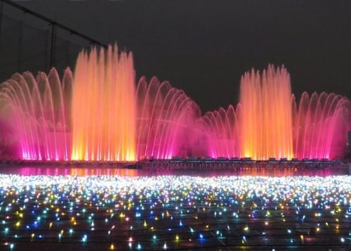 よみうりランドのイルミネーションイベント「ジュエルミネーション」で行われる噴水ショー「ラ・フォンテーヌ」の様子
