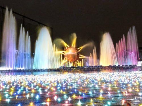 よみうりランドのイルミネーションイベント「ジュエルミネーション」で開催する噴水ショーで大きく水を噴き上げ、色とりどりの光にライトアップされた噴水