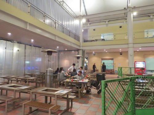 八景島シーパラダイス「海のバーベキュー焼屋」テーブル席の防寒カーテンとストーブ