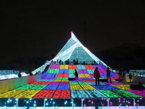 よみうりランドのイルミネーションイベント2018-2019「ジュエルミネーション」のメインシンボルであるジュエリーマウンテン