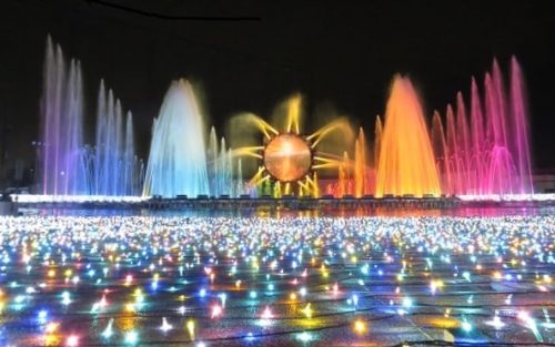 よみうりランドのイルミネーションイベント「ジュエルミネーション」で行われる噴水ショー「ラ・フォンテーヌ」で音楽に合わせて吹き上がる美しい噴水