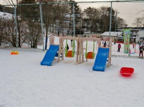 白樺リゾートのキッズゲレンデ「ポタスノーランド」にあるすべり台とブランコの遊具