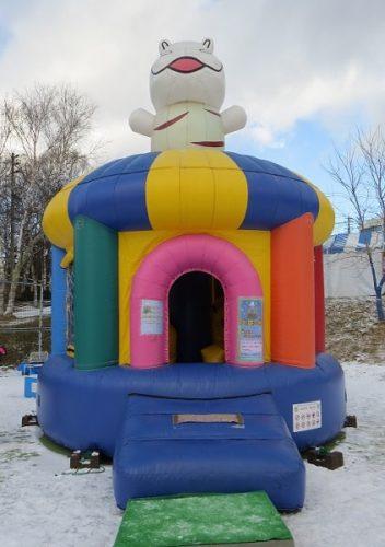 白樺リゾートのキッズゲレンデ「ポタスノーランド」に設置されたエアー遊具