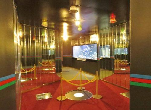 蓼科アミューズメント水族館にある鏡張りの空間