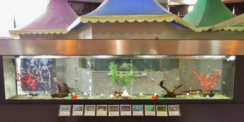 蓼科アミューズメント水族館の正月用装飾をした水槽