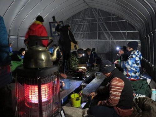 白樺湖のワカサギ釣り用ドーム桟橋内部には暗いうちから多くの釣り人が腰を下ろしている