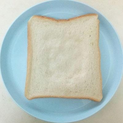 目玉焼きトーストの作り方「食パンをくぼませる」