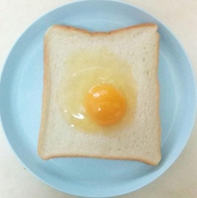目玉焼きトーストの作り方「生卵をのせる」