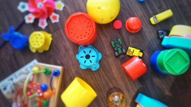遊べるおもちゃを持っていくイメージ
