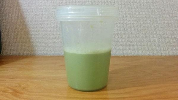 ビーレジェンドホエイプロテイン抹茶のチャチャチャ風味を100mlの水で溶かした様子