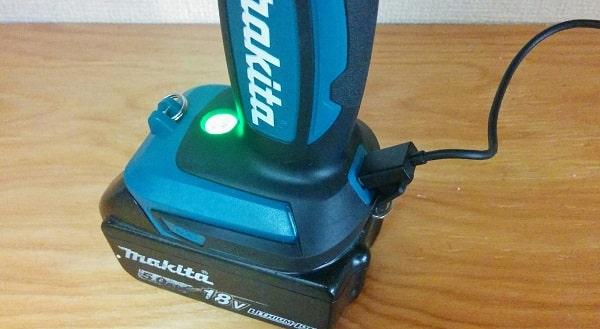 マキタ充電式ワークライトML807のUSBポート使用中
