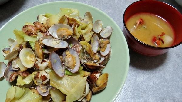 横浜「海の公園」の潮干狩りで採ったアサリの酒蒸しと、イソガニの味噌汁