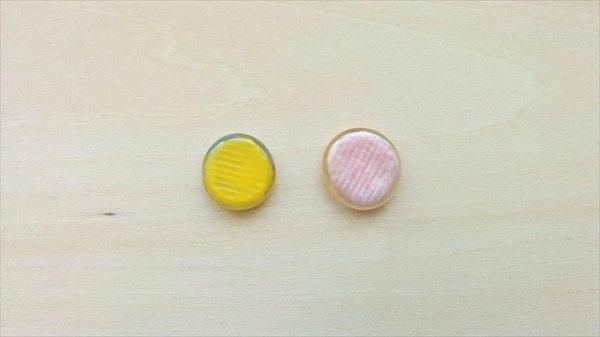 おはじきとレジンの和風ヘアピンの作り方3 おはじきにネイルポリッシュを塗る