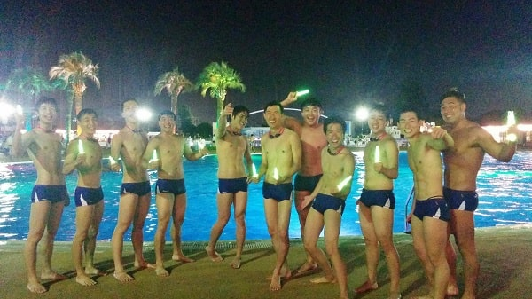 よみうりランドのスイミングプールを背にポーズを決めるシンクロチームW'ait 2019年メンバーのみなさん