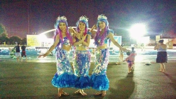 よみうりランドナイトプールのイベント「マーメイドナイトパレード」のマーメイドたち