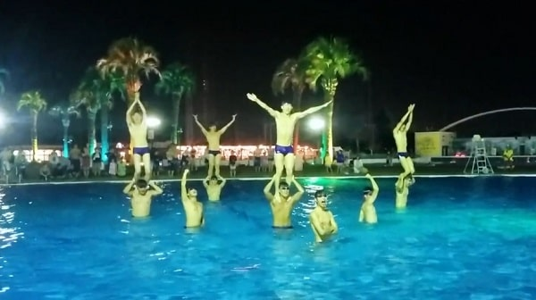 よみうりランドプールのシンクロショーW'aitのダイナミックなリフト演技