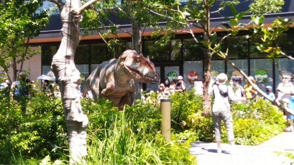 茂みの向こうに立つアロサウルス(立川に恐竜が棲みついた!)
